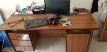 مكتب خشبي كبير متين بحالة ممتازة