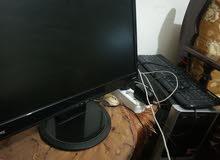 كمبيوتر مع شاشتين وكيبوردين وماوس وسيديات العاب