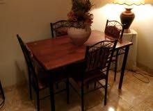 طاولة طعام صغيرة مع 4 كراسي خشب وحديد