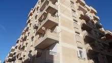 شقة طابق اول علوي ناصية في شارع رئيسي بجوار البحر بالنخيل