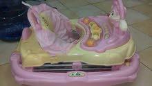 مشاية للاطفال وسرير متحرك للبيع شبه جديدة