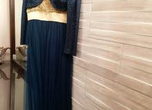 فستان كحلي مع جاكيت ذهبي شبه نفاش