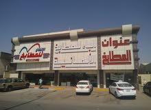 مبني تجاري للبيع ( ثلاث معارض تجارية + مكاتب + ميزانين + مستودع + سكن عمال )