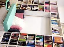 مكتبة كتب مع مكان للجلوس