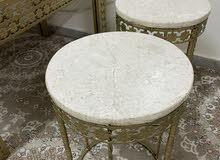 طاولة ضيافة للبيع مع طاولات صغار طقم