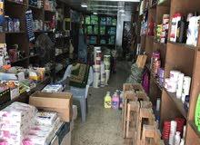 محل تجاري مؤثث بخزائن عرض وديكور مع غرفة خزين مع سدة على طول ثلاث ارباع المحل.