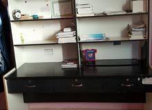 طاولة مكتب مع رفوف