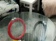 طاولة زجاج بتصميم عصري بحالة الممتاز