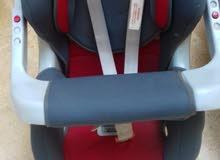 مقعد أطفال لون احمر لسيارة +مقعد لحمل لون اسود وزهر شبه جديد