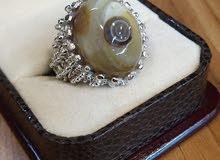 حجر العقيق السليماني الهندي الطبيعي الاصلي مصاغ في خاتم فضة عيار 925 بصياغة انيقة ومميزة