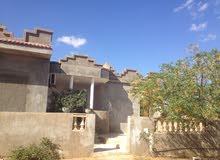 قطعة ارض مقام عليها منزل بالقويعة للبيع اول الايجار
