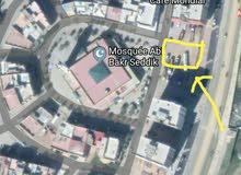 بقعة أرضية للبيع 365 متر مربع محفظة و في الشارع العام في مدخل المدينة