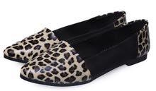 حذاء أسود وجلد النمر