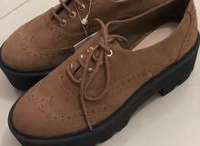 حذاء من ماركة pull & bear