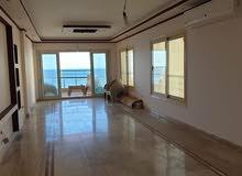 شقة للبيع علي البحر مباشرا بميامي 170م فيو بحر كامل والكورنيش سوبر لوكس برج فخم