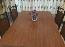 ميز طعام خشب بهيكل حديد 140 سم في 84 سم مع 4 كراسي بحاله جيده جدا سبب البيع ضيق