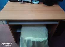 مكتب و سبورة و هدية كرسي بحالة جيدة جدا