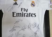 تيشيرت ريال مدريد موقع من جميع لاعبين النادي
