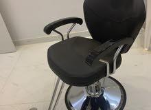 كرسي حلاقة أسود نظيف