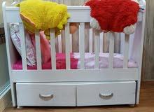 سرير للطفل نظيف هزاز وللونه ابيض