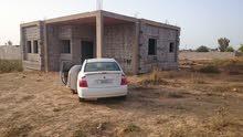 قطعة ارض بها منزل