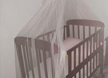 للبيع سرير للأطفال مع مرتبة وناموسية