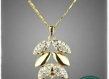قلادة أوراق الشجر بلون الذهب النمساوي تصميم Azora