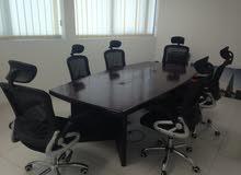 طاوله اجتماع مع الكراسي ومكتب استقبال