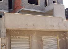 عمارة سكنية تجارية ممتازة على الطريق في السراج مرحلة الهيكل بها شقق ومحل كبير