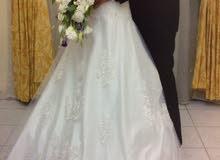 بدلة عرس بيضاء اللون مع طرحة