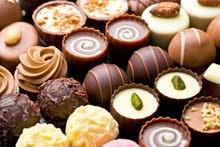 للسعوديين فقط .. بائع في محل شوكولا راقي ..