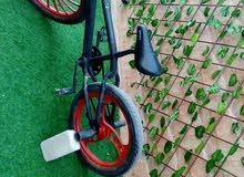 دراجة هوائية لونها اسود و احمر