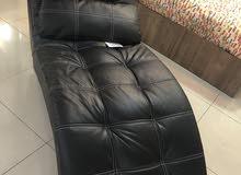 طقم جلد جديد عبارة عن 3 قطع كرسي استرخاء وطاوله تستخدم للجلوس وللتقديم وصوفا جلد تستخدم كسرير