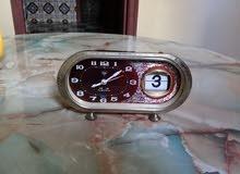 ساعة ميكانيكية قديمة ونقية صنعت في الخمسينيات تعمل بشكل جيد