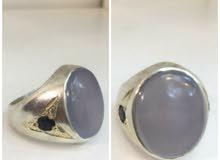 خاتم جميل من العقيق  ومن الجوانب احجار صغيره من العقيق