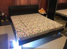 سرير 180 سم مع مرتبة من صفاة الغانم + 2 كومودينو + تسريحة بالكرسي