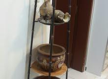بيع مستعمل قديم رفف مع تحف مزهريه وبرواز ومع قلب وتحف صغار اثنان 200ريال فقط