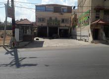 عماره مع شقتين وا ثلاث مخازن للبيع في الجبارات على الشارع الرئيسي وبدخل شهري 1300