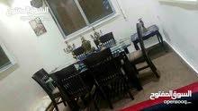 بحالة الجديد لم تسخدم طاولة السفرة الا مرتين