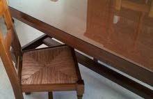 طاولة وكراسي وخزانة من اللوح الرفيع