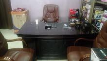مكتب فخم و كراسي مكتب و رفوف ستاندات محل للبيع
