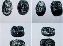 حجرين نيزك طبيعي مسقوله وتنجذب بالمغناطيس