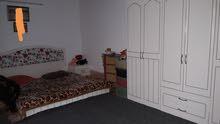 غرفة نوم + قنفات مع ميز وكراسي
