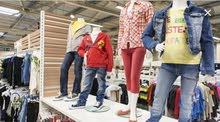 للايجار رخصة بيع ملابس جاهز ولرازمها واحذيه وشنط والاكسوارات وملتزاماتها