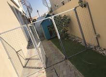 بيت كلب يوجد فيه تكيف مسحتة 1.5 متر في 2 متر
