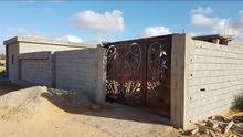قطعة أرض سكنية كبيرة 1500م مقام عليها منزل قريبه من البحر في تاجوراء غوط الرمان