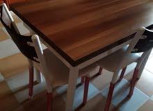 طاولة بي الكراسي بحالة جيدة