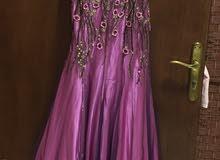 فستان وردي اللون مع وشاح