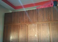 خزانة شبابية للبيع خشب لاتيه 18 بحالة جيدة طابقين فرمايكا والدروج موجودين الرجاء