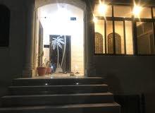 منزل حجر طابقين الاول يحتوى شقتين للاجار بمدخل منفصل والثاني طابق كامل